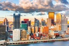 Pittsburgh de stad in onder een warm zonsonderganglicht Stock Foto