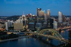 Pittsburgh en Fort Pitt Bridge Royalty-vrije Stock Afbeeldingen