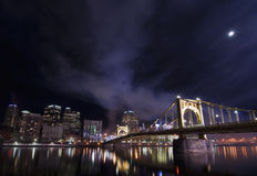 Pittsburgh flodstrand på en månbelyst natt Royaltyfri Bild