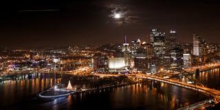 Pittsburgh horisont på natten med månen royaltyfri foto