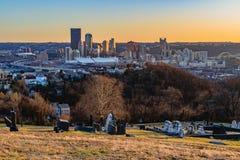 Pittsburgh horisont på solnedgången Arkivbild