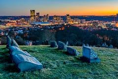 Pittsburgh horisont på solnedgången Arkivfoton