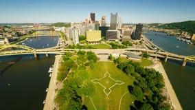 Pittsburgh i stadens centrum flyg- sikt lager videofilmer