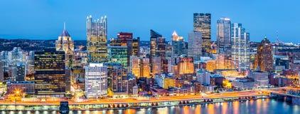 Pittsburgh i stadens centrum panorama på skymning Arkivbild