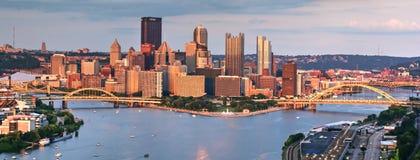 Pittsburgh im Stadtzentrum gelegen bei Sonnenuntergang lizenzfreies stockbild
