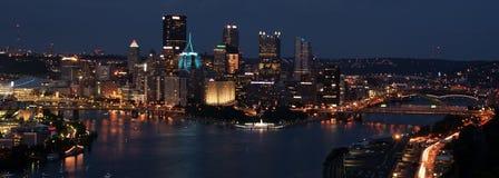 Pittsburgh im Stadtzentrum gelegen nachts lizenzfreie stockfotos