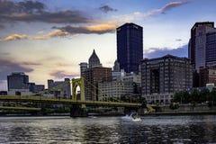 Pittsburgh linia horyzontu przy półmrokiem zdjęcia stock