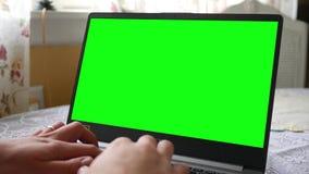 Pittsburgh, PA - 1° maggio 2019 - tipi dell'uomo su un computer portatile verde di Acer dello schermo - alt video d archivio