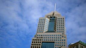 PITTSBURGH, PA - circa el 16 de septiembre de 2018 - el edificio de Highmark en Pittsburgh almacen de metraje de vídeo