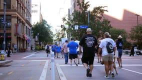 PITTSBURGH, PA - circa el 16 de septiembre de 2018 - gente que camina para el tercer paseo anual de la recuperación de Pittsburgh almacen de metraje de vídeo