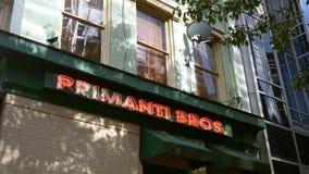 PITTSBURGH, PA - circa el 16 de septiembre de 2018 - restaurante de Primanti en Pittsburgh almacen de video