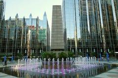 PITTSBURGH PA/USA - 7-31-2017: Springbrunnen på PPG-stället i i stadens centrum Pittsburgh royaltyfria bilder