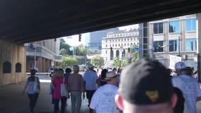 PITTSBURGH, PA - vers le 16 septembre 2018 - personnes de marche pour la troisième promenade annuelle alt de récupération de Pitt banque de vidéos