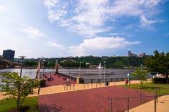 Pittsburgh, Pensilvânia, EUA 7/6/2019 da fonte do ponto como visto da costa norte imagem de stock