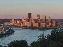 Pittsburgh-Skyline bei Sonnenuntergang Stockbilder