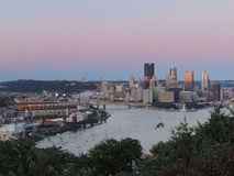 Pittsburgh-Skyline bei Sonnenuntergang Lizenzfreies Stockbild