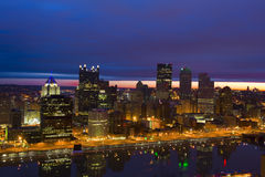 Pittsburgh-Skyline am Sonnenaufgang Stockbild