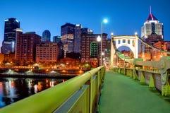Pittsburgh-Skyline am Sonnenaufgang lizenzfreie stockfotos