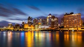 Pittsburgh w centrum linia horyzontu przy świtem fotografia stock