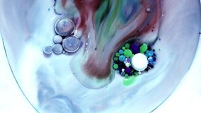 Pittura acrilica multicolore con il modello di marmo Pittura e bolle astratte video d archivio