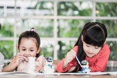 Pittura asiatica della ragazza sulla carta nel gruppo di arte fotografia stock