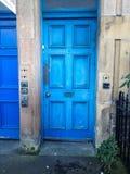 Pittura blu della sbucciatura di Edimburgo della porta Fotografia Stock
