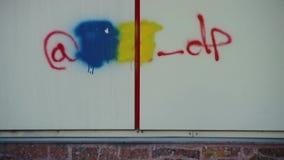 Pittura blu e gialla al di sopra come modo combattere traffico di droga stock footage