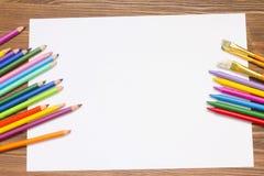 Pittura colorata sulla tavola fotografie stock