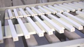 Pittura con i blocchi di legno video d archivio