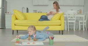 Pittura creativa della ragazza con la spazzola e gli acquerelli archivi video