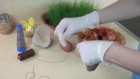 Pittura creativa delle uova di Pasqua con i calzini e le coperture della cipolla video d archivio