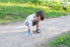Pittura del bambino con il gesso Immagine Stock Libera da Diritti