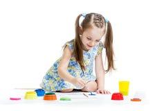 Pittura del bambino con la spazzola Fotografia Stock
