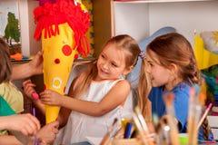 Pittura del bambino sulla tavola La ragazza fa lo schultuete del cono della caramella Fotografia Stock