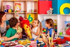 Pittura del bambino sulla tavola La ragazza fa lo schultuete del cono della caramella Fotografie Stock