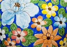 Pittura del fiore sulla benna di ceramica immagine stock