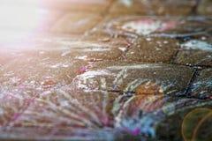 Pittura del gesso dell'linee astratte sulla pavimentazione fotografia stock