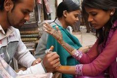 pittura del hennè in vie di Nuova Delhi Fotografia Stock