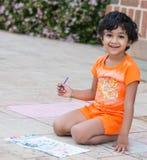 Pittura del piccolo bambino su un patio Fotografia Stock