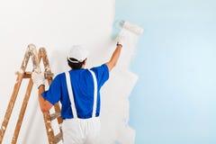 Pittura del pittore con il rullo di pittura immagini stock libere da diritti