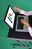 Pittura del progettista grafico sullo schermo. Fotografia Stock