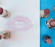 Pittura dell'acquerello delle labbra circondate dai rossetti Fotografie Stock Libere da Diritti