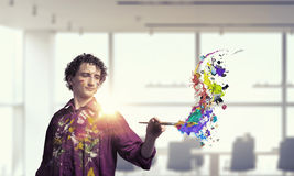 Pittura dell'artista dell'uomo con la spazzola 3d rendono Fotografia Stock Libera da Diritti