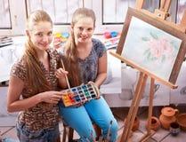 Pittura dell'artista sul cavalletto in studio Pitture autentiche dei bambini Immagini Stock