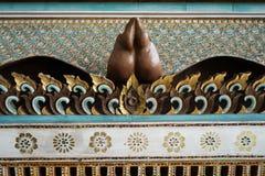 Pittura dell'oro degli elefanti sul legno, rosso La Tailandia rappresenta la a Fotografia Stock