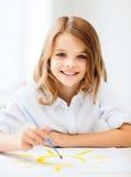 Pittura della bambina alla scuola Immagine Stock Libera da Diritti