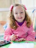 Pittura della bambina con i colori di acqua immagini stock libere da diritti