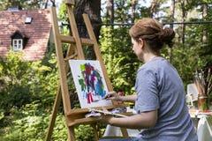 Pittura della donna con il mestichino Fotografia Stock Libera da Diritti