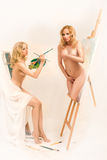 Pittura della donna su un cavalletto l'immagine in studio Fotografie Stock