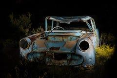 Pittura della luce del relitto dell'automobile sulla notte africana scura Fotografia Stock Libera da Diritti